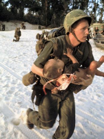 http://2.bp.blogspot.com/-nurtpGUgZIA/UDdCZl0aMQI/AAAAAAAABto/97I_HneMy9s/s1600/paul-schutzer-us-marine-medic-running-along-beach-with-injured-vietnamese-infant-under-fire-during-vietnam-war.jpg