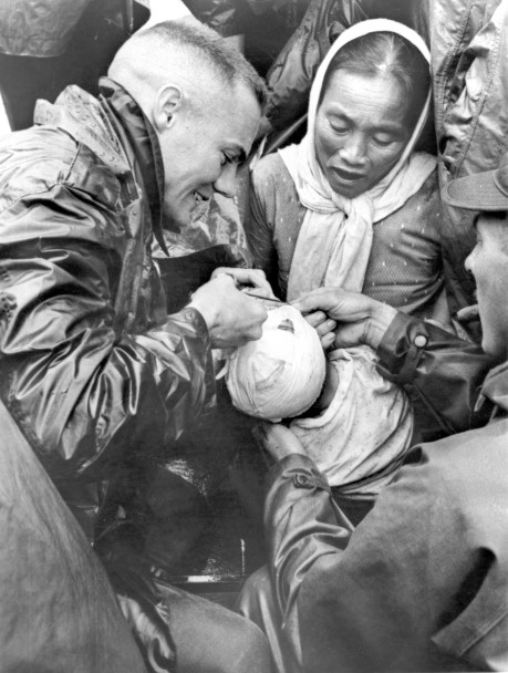 http://3.bp.blogspot.com/-hMZZ0dB34CE/UD2LtZHOZyI/AAAAAAAADSo/cHRjW05d9_k/s1600/A+US+Marine+doctor+removes+bandages+from+a+Vietnamese+boy+brought+in+by+his+mother+for+treatment+of+a+head+infection.jpg