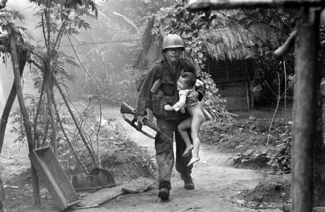 http://4.bp.blogspot.com/-5_5aXFiI0Xk/UDHYml0UFtI/AAAAAAAAAuA/LA6lzm5PfC4/s1600/16th+Infantry+carries+a+crying+child+from+Cam+Xe+village.jpg