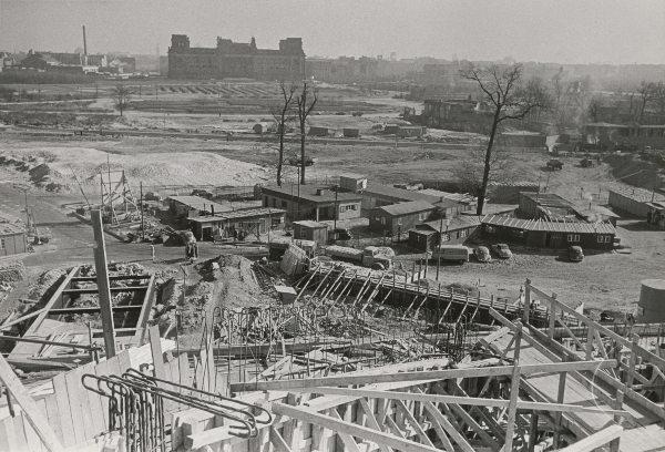 Kongresshalle, im Bau mit Blick auf Reichstagsruine im Hintergrund, 5.3.1957   Akademie der Künste, Berlin, Werner-Düttmann-Archiv, Nr. 10 F. 6/3   Foto: Leon Müller