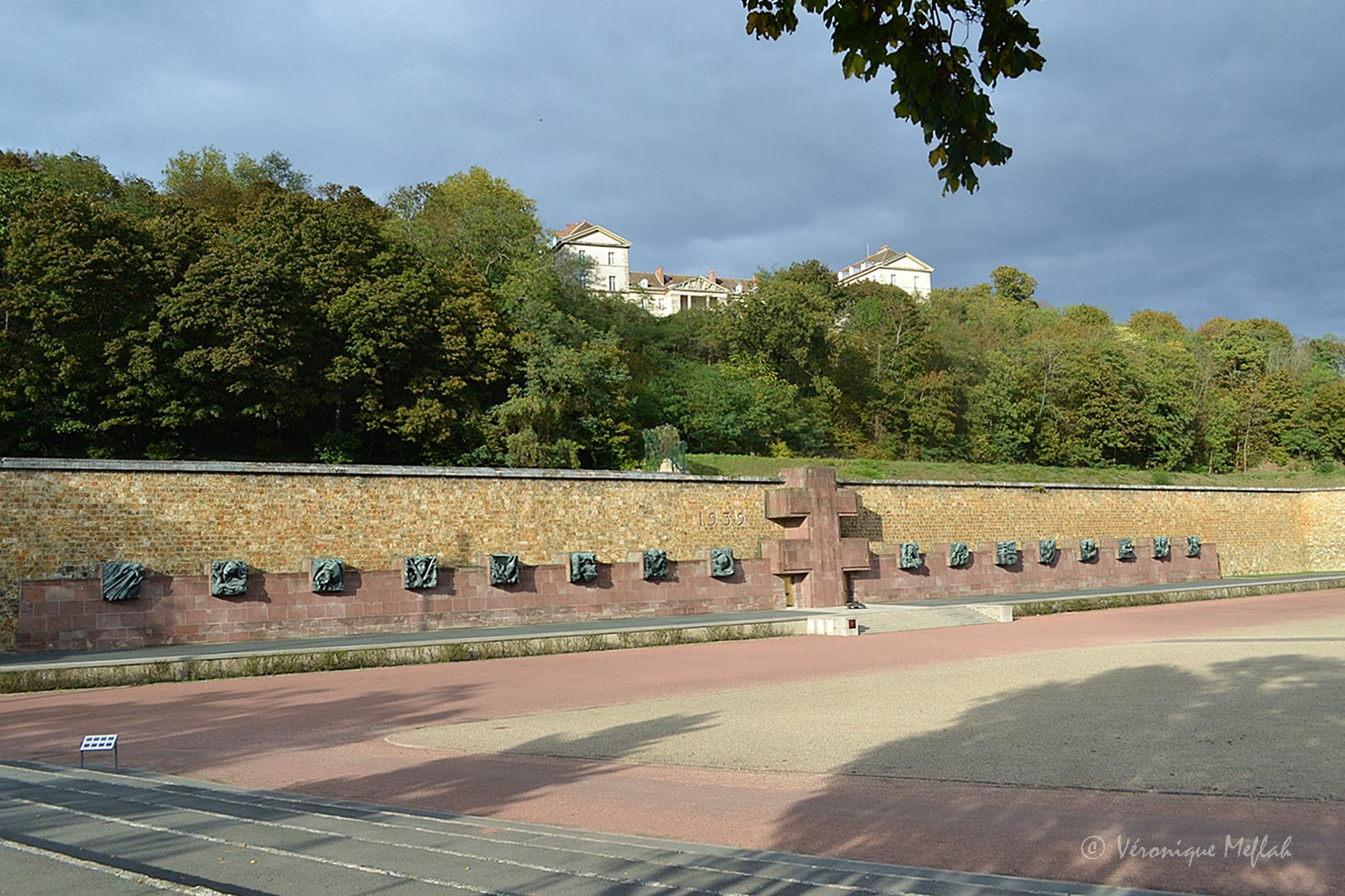 Suresnes : Mémorial de la France combattante - Une fleur de         Paris