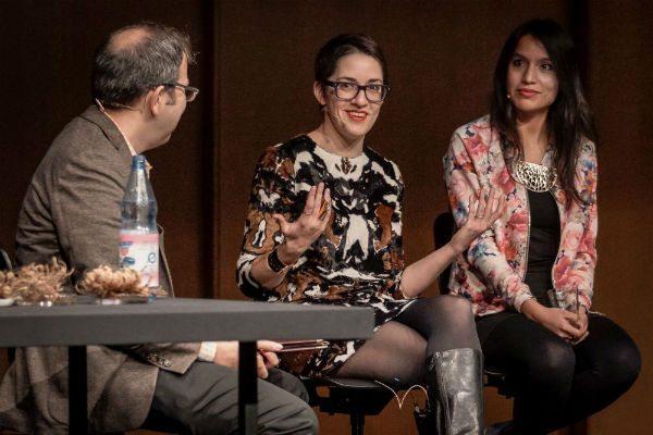 Sophia Roosth (Mitte) im Gespräch, Foto: Joachim Dette/HKW