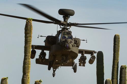 AH-64D Apache của Mỹ có thể đạt tốc độ tối đa 284 km/h trong điều kiện ngày nóng.