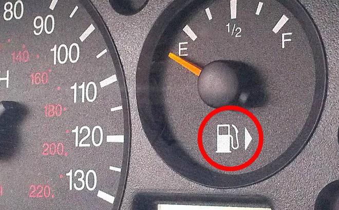 Công dụng đặc biệt của mũi tên cạnh biểu tượng bình xăng trên ô tô là gì?
