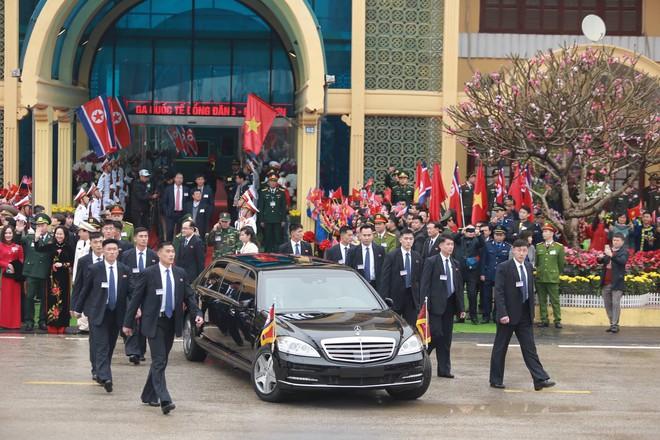 Chủ tịch TriỠu Tiên Kim Jong Un cùng em gái bước xuống từ tàu bỠc thép, bắt đầu công du Việt Nam - Ảnh 5.