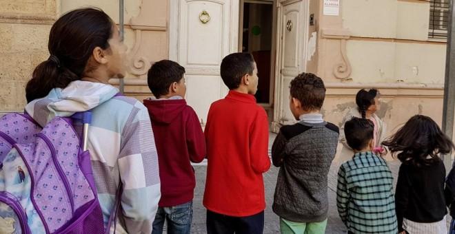 Niños sin escolarizar en Melilla por no tener papeles se concentran frente a la dirección provincial del Ministerio de Educación. / Prodein