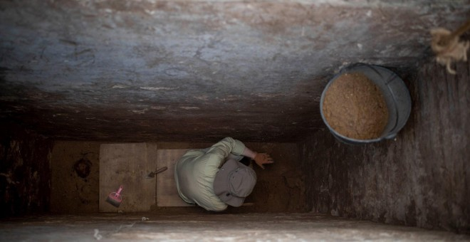 Arqueólogo trabajando en la exhumación de bebés robados del viejo cementerio de Cádiz. / SOS BEBÉS ROBADOS CÁDIZ