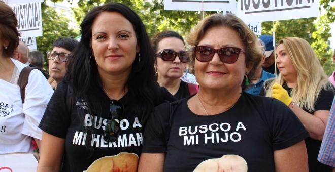 Chary y Margarita en una de las manifestaciones. / SOS BEBÉS ROBADOS CÁDIZ