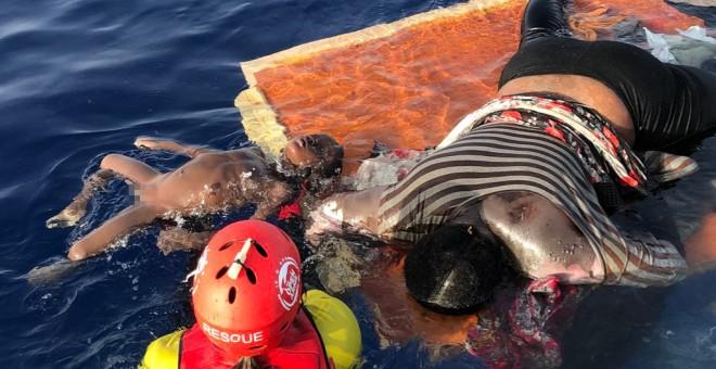 Imagen del rescate de Proactiva Open Arms en el Mediterráneo central, donde han rescatado con vida a una mujer y han hallado dos cadáveres tras una intervención de la Guardia Costera Libia.- OPEN ARMS