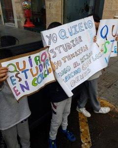 Niños sin escolarizar en Melilla por no tener papeles se manifiestan frente a la Delegación de Gobierno. / Prodein