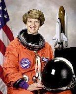 https://4.bp.blogspot.com/-H2OUQuW-k2M/TsfEKOZklmI/AAAAAAAAOOU/Hpww3Yn-KCM/s1600/220px-Commander_Eileen_Collins_-_GPN-2000-001177MA28892090-0033.jpg
