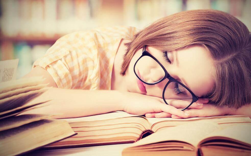 mulher-dormindo-enquanto-estuda