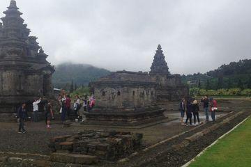Candi Arjuna, salah satu destinasi wisata di Dataran Tinggi Dieng, Jawa Tengah yang selalu ramai dikunjungi wisatawan. Foto diambil pertengahan November 2017.