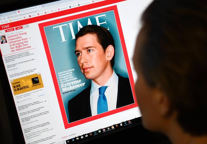 """Eine Frau betrachtet die Website des """"Time-Magazins"""", auf der Bundeskanzler Kurz abgebildet ist"""