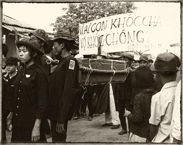 Tang lá»… cho 136 nạn nhân của cá»ng Sản trong trận tấn công Tết 1968 tại Huế BỠảnh sÆ°u tập của Douglas Pike