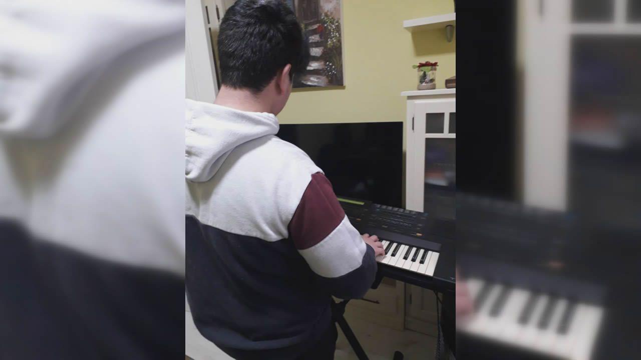 Raúl, además de jugar a la videoconsola, ha tocado el piano durante el confinamiento