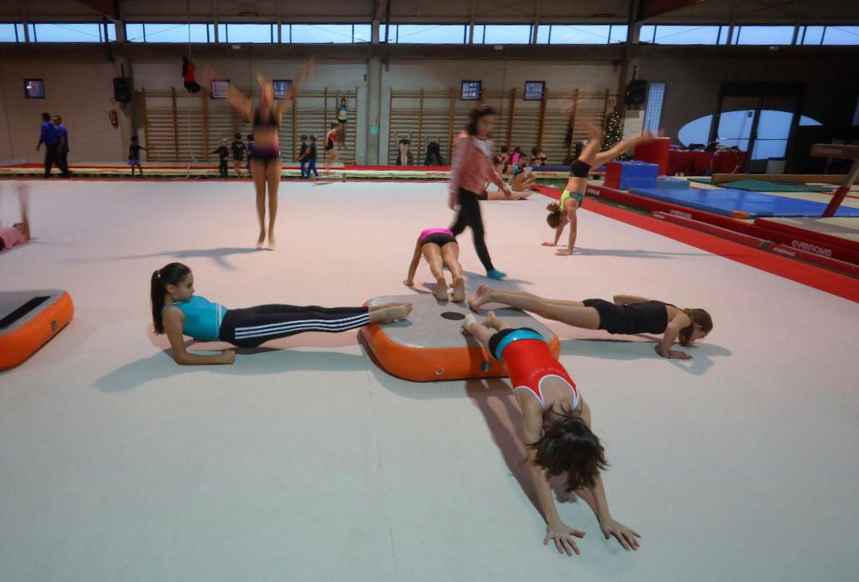 Entrenamiento de gimnastas menores en club de Gimnasia Artística de Pozuelo, que incorpora metodologías para prevenir los abusos. / KIKE PARA