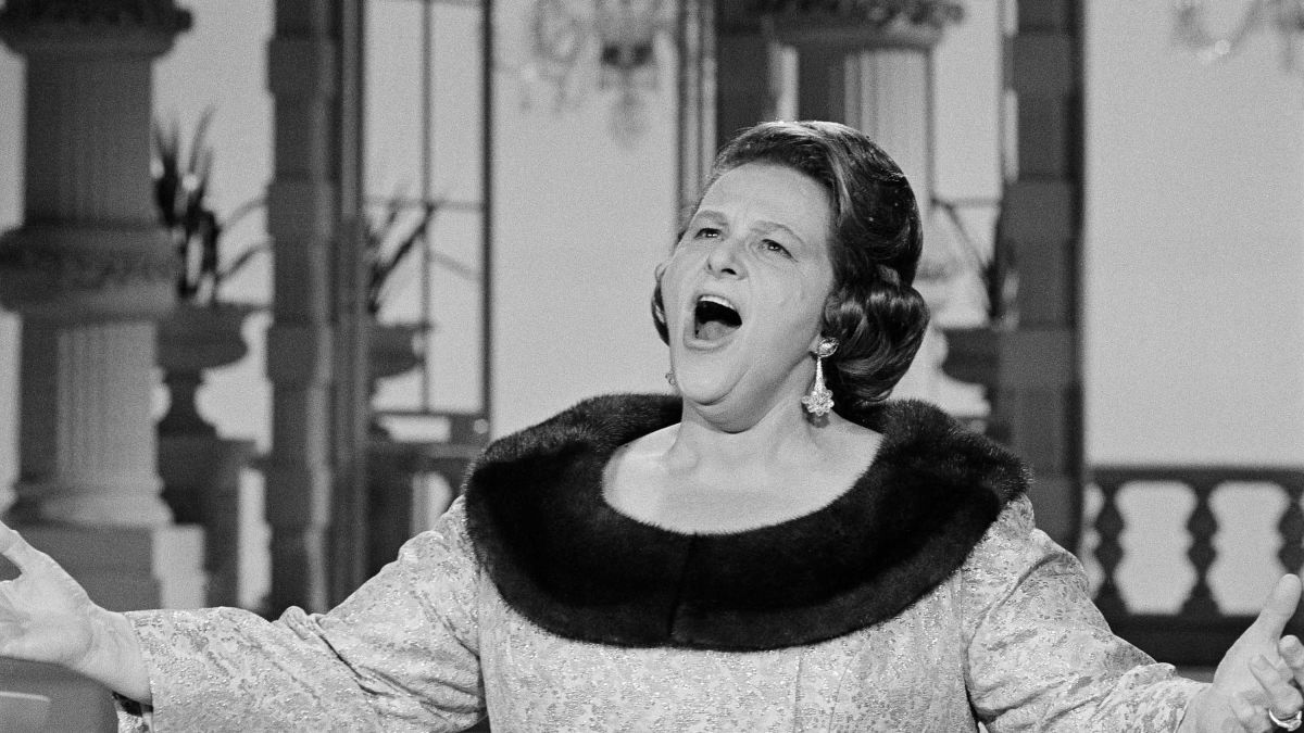 Yankees, Flyers dump Kate Smith's 'God Bless America' over racism allegations   CNN