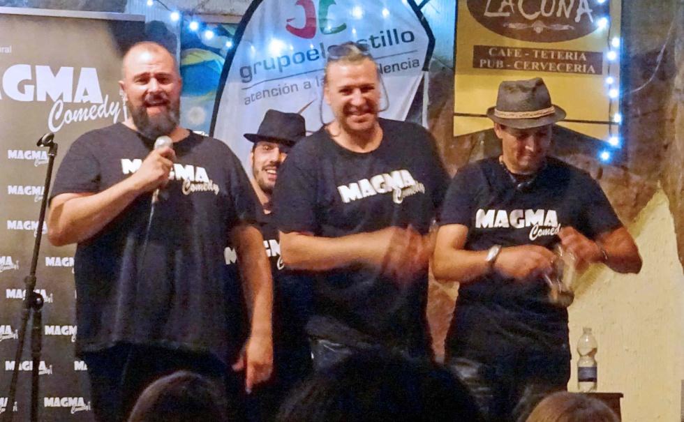 Julián Martínez acompañado de los tres cómicos que actuaron de forma desinteresada tras los cómicos jóvenes: Fran Fernández, Diego el Notario y Carlos Ortiz Caoz