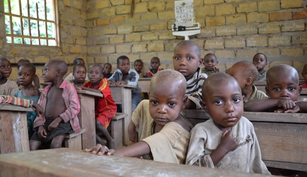 Niños baka en la escuela infantil de Bemba II.