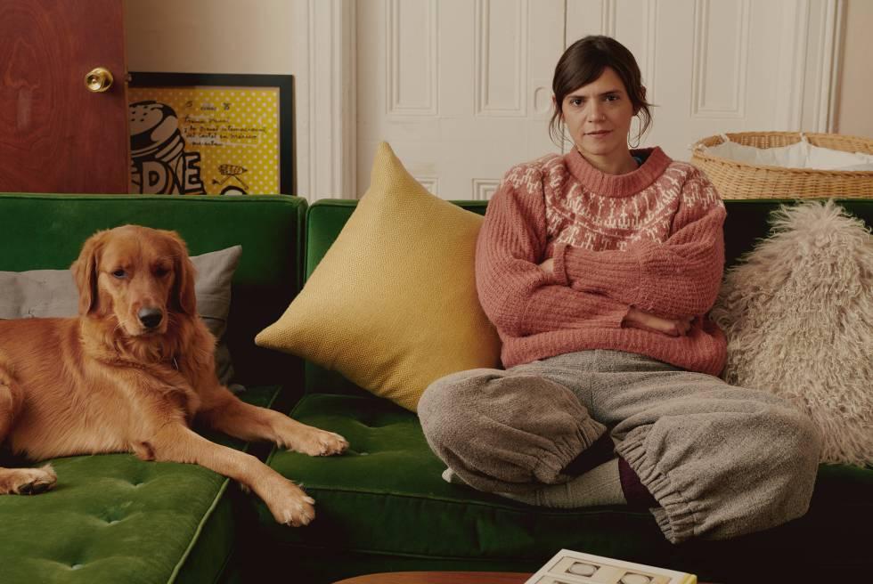 La escritora mexicana Valeria Luiselli y su perra, Lola, en el salón de su casa de Nueva York, ciudad en la que vive desde hace 10 años.