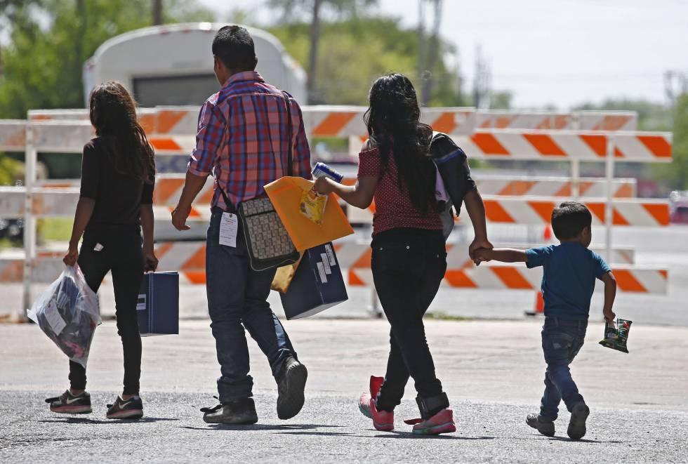 Familias de inmigrantes indocumentados en McAllen, Texas, el martes.
