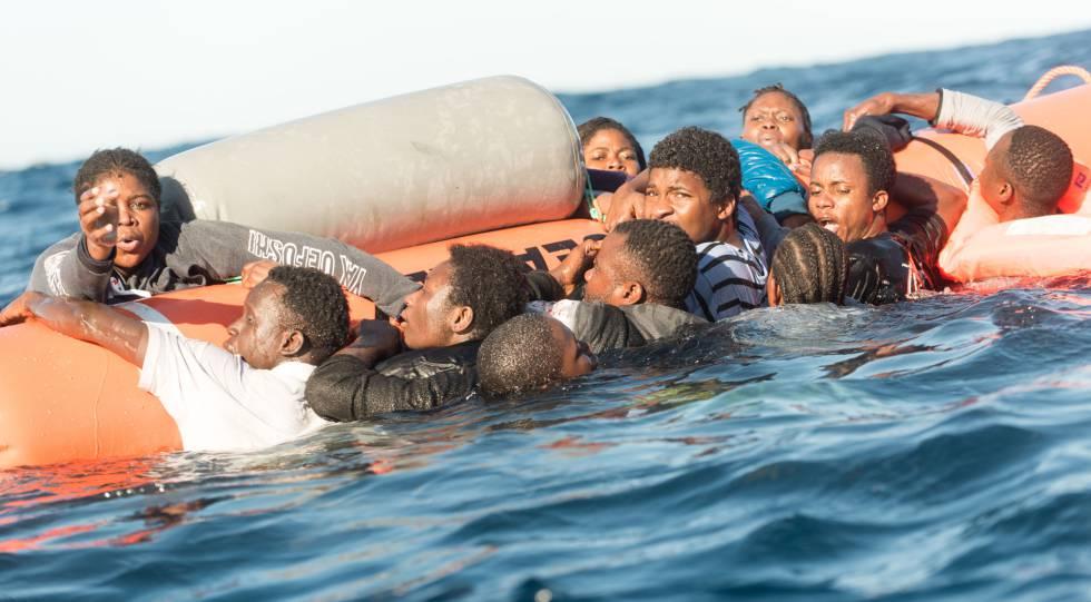 Migrantes se agarran a unos flotadores antes de ser rescatados en el Mediterráneo en enero de 2018.