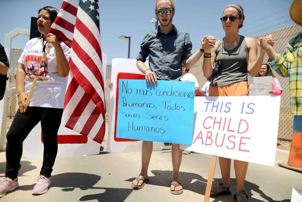 Protesta frente al centro de detención fronterizo de Clint, Texas.