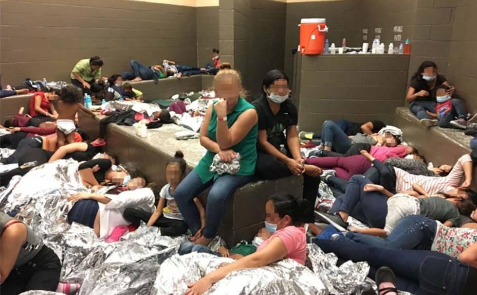 Familias hacinadas detenidas en Weslaco, Texas, el 11 de junio. La imagen es del informe oficial del Gobierno.