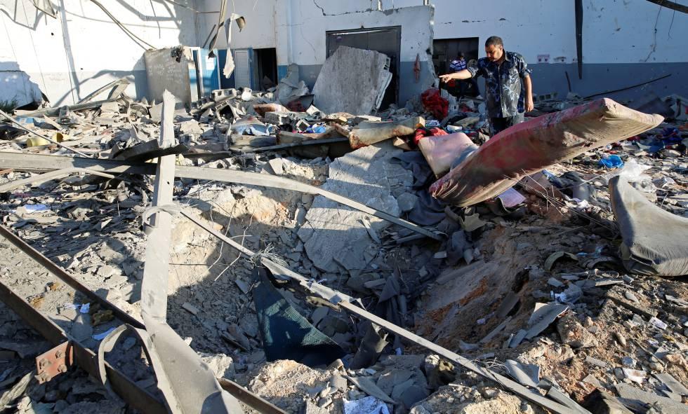 Destrozos causados en el centro tras el ataque aéreo en Tayura, Trípoli.