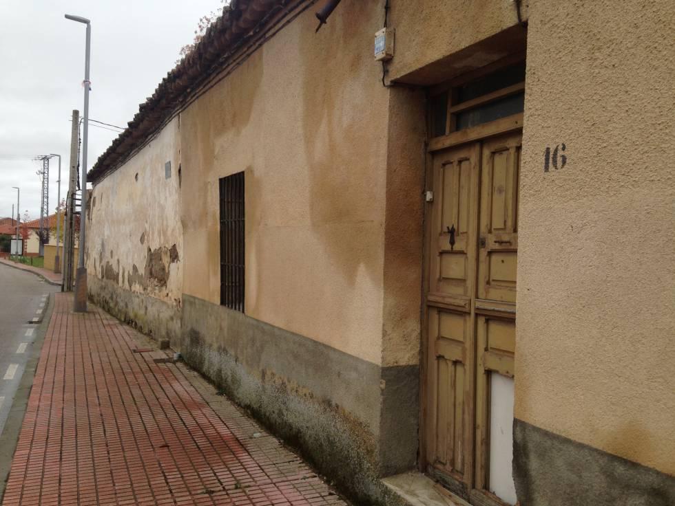 La casa, hoy abandonada, donde vivía el cura acusado y, según una víctima, tuvieron lugar los abusos en Calzada de Valdunciel, Salamanca.
