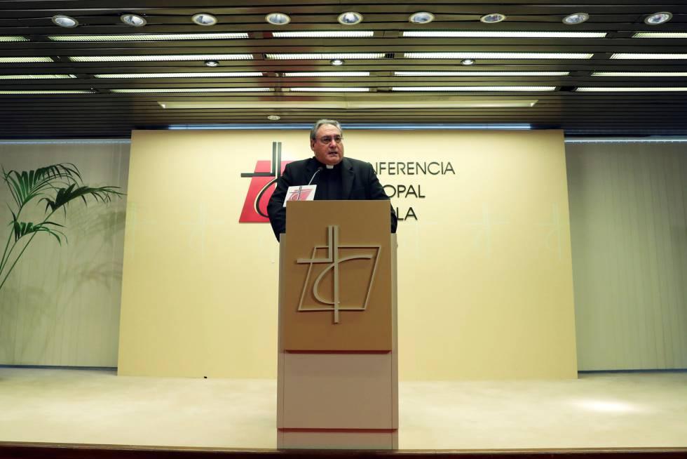 El secretario general de la Conferencia Episcopal Española, José María Gil Tamayo, en una rueda de prensa.