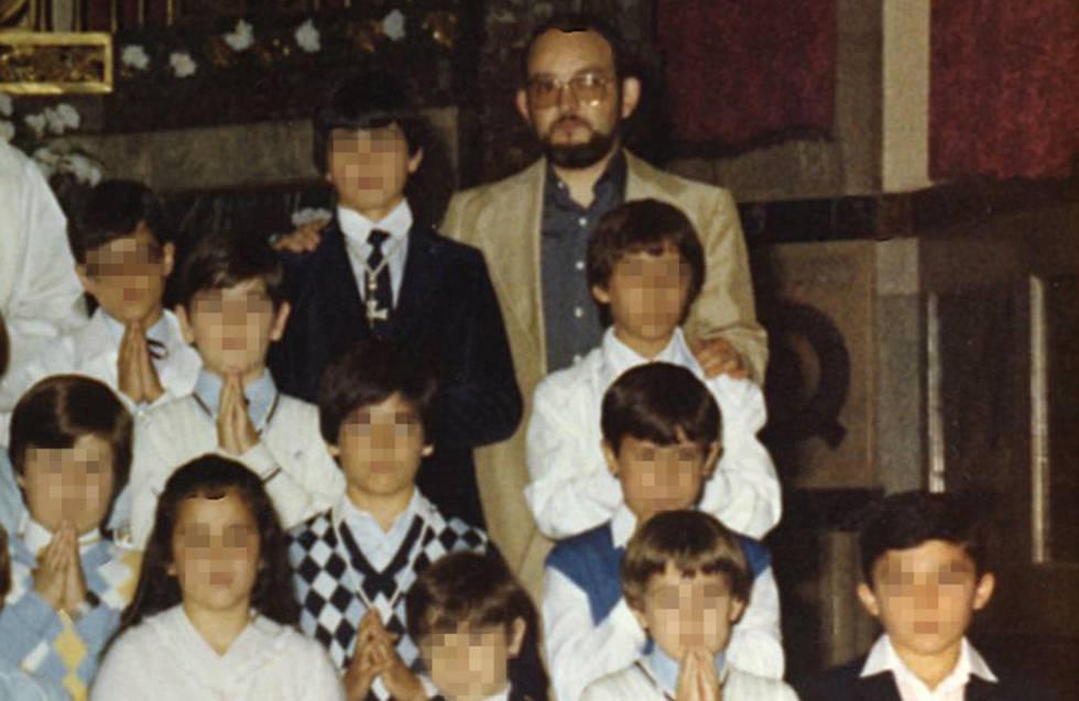 El exsalesiano José Miguel San Martin, 'don Chemi', durante la primera comunión de algunas de sus supuestas víctimas de abusos en 1983.