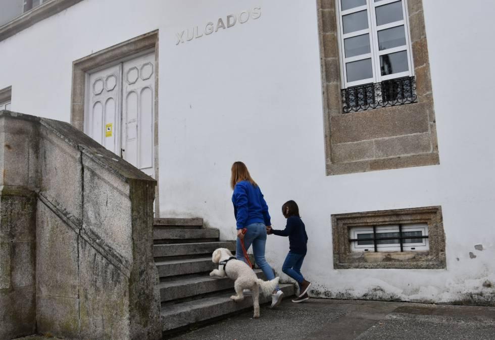 Un niño llega a los juzgados de Betanzos junto a una terapeuta y la perra Venus en una imagen simulada.