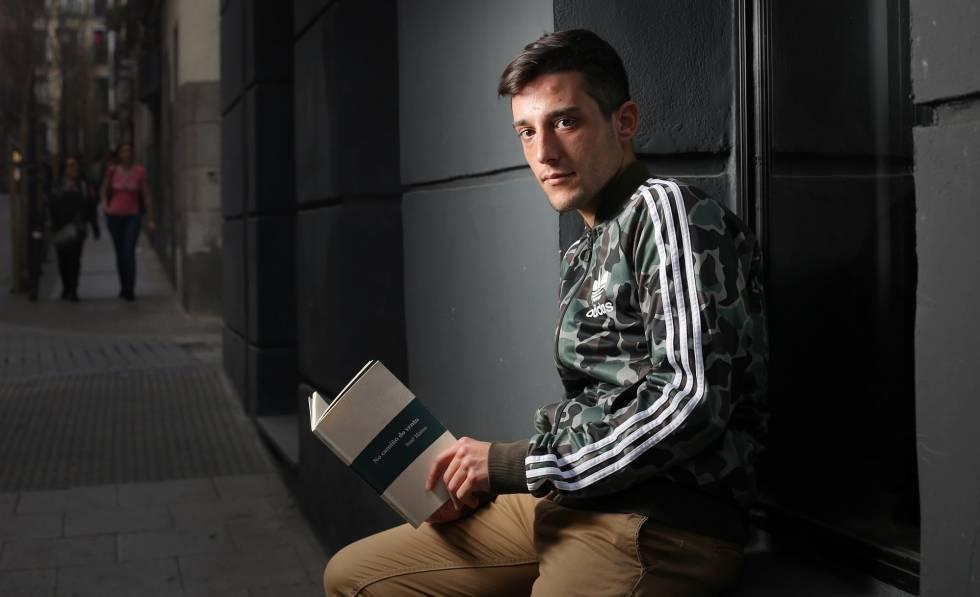 Joshua Alonso, con el libro de su madre, Sesé Mateo, el pasado viernes en Madrid.