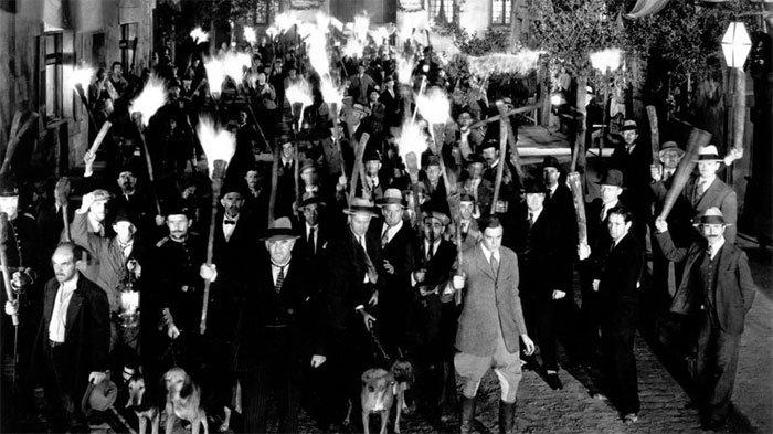 Frankenstein1931-Torches