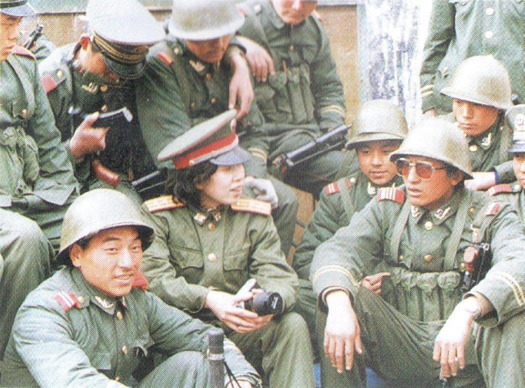 1989年3月,江林在西藏拉萨采访参加戒严的部队官兵。军报记者江志顺摄。