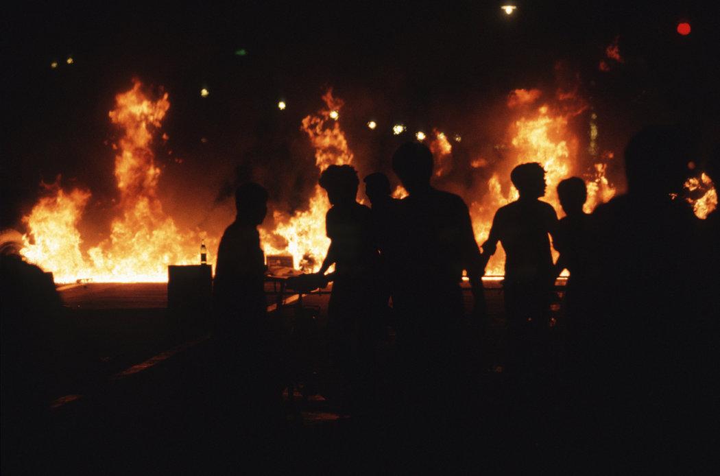 1989年6月4日,北京天安门广场镇压当晚被点燃的车辆。