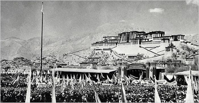 1959年3月10日,藏人在布达拉宫前聚集,发动对抗中国统治的起义,但最终失败。