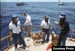 Fidel Castro y el gobernante de la RDA Erich Honecker (2do izq) de pesca en la popa del Aquarama II. (Luis Domínguez)