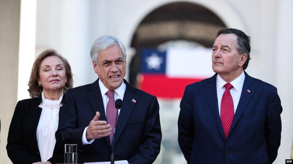 El presidente de Chile, Sebastián Piñera (c); la primera dama, Cecilia Morel (i); y el canciller chileno, Roberto Ampuero hablan con la prensa tras la decisión de La Haya.