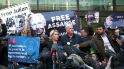 Kristinn Hrafnsson, tổng biên tập của Wikileaks, và luật sư Jennifer Robinson phát biểu trước báo giới bên ngoài tòa án sau khi người sáng lập WikiLeaks Julian Assange bị bắt giữ ở London, Britain, ngày 11 tháng 4, 2019.