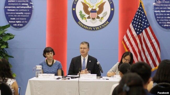 Đại sứ Hoa Kỳ Daniel Kirtenbrink tại cuộc họp                 báo hôm 2/7/2020. Photo Soha via Facebook US Embassy                 Vietnam