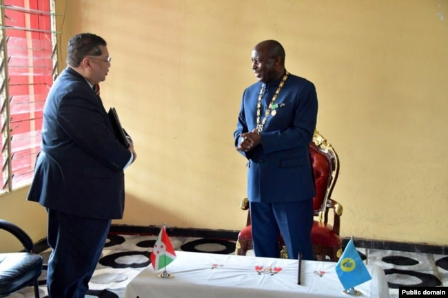 Đặc sứ J. Peter Phạm hội kiến Tổng thống Burundi Évariste Ndayishimiye.