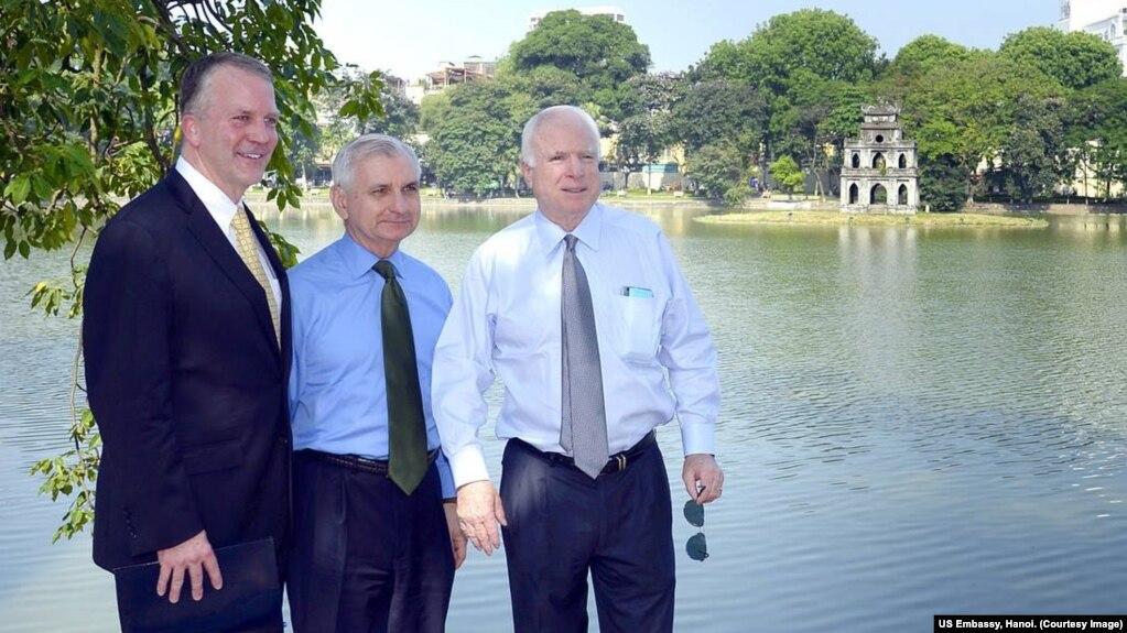 Thượng nghị sĩ John McCain trong một chuyến thăm tới Hà Nội.