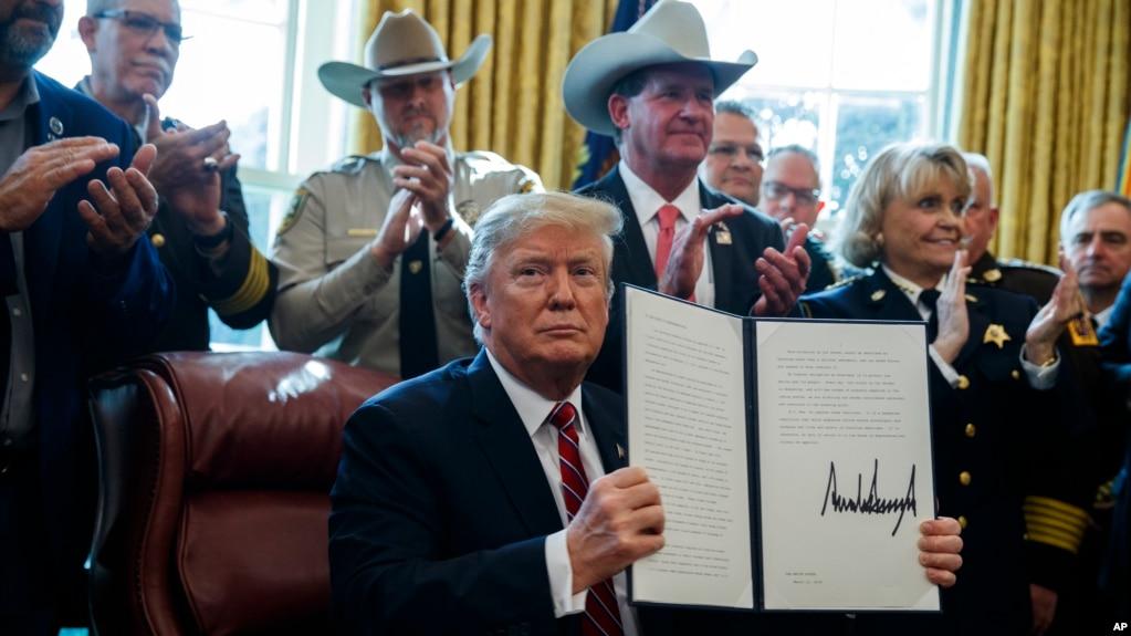 Tổng thong Trump ký lệnh phủ quyết đạo luật của Quốc hội
