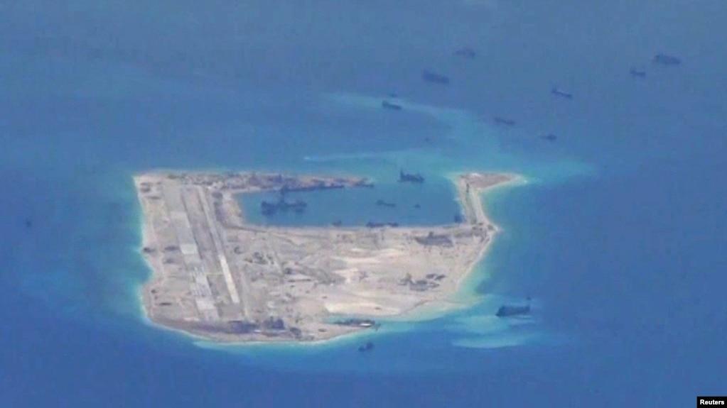 Đá Chữ thập đã được Trung Quốc biến thành một đảo nhân tạo ở Biển Đông, ảnh do máy bay trinh sát Hải quân Mỹ chụp, tháng 5/2015