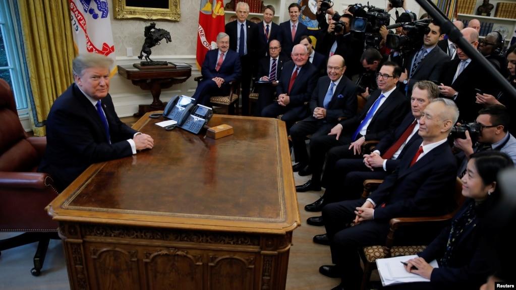 Tổng thống Donald Trump gặp trưởng phái đoàn đám phán thương mại của Trung Quốc, Lưu Hạc, trong Phòng Bầu dục của Nhà Trắng, ngày 22 tháng 2, 2019, ở Washington..