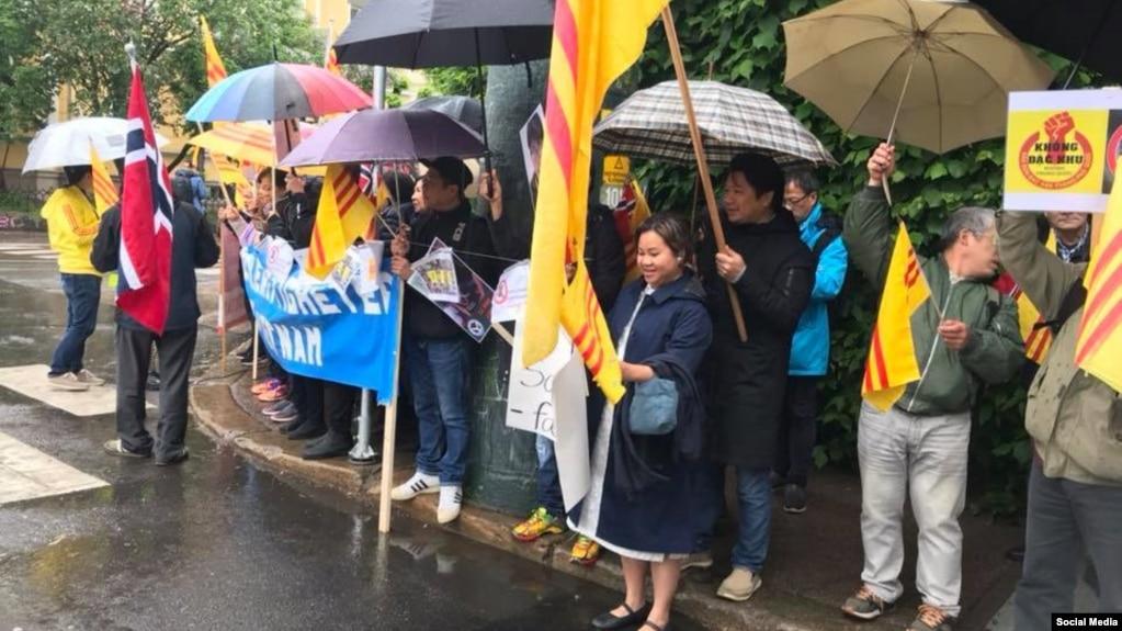 Người gốc Việt biểu tình sáng ngày 24/5/2019 khi phái đoàn của Thủ tướng Nguyễn Xuân Phúc đến thủ đô Oslo, Na Uy. Photo Hội người Việt Tị nạn Na Uy.