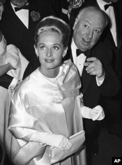 Nữ tài tử Tippi Hedren và đạo diễn Alfred Hitchcock tại Liên hoan Điện ảnh Cannes ngày 9/5/1963